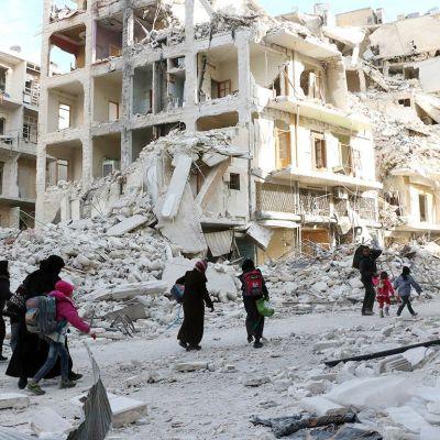 Syyrialaiset perheet pakenevat Itä-Alepposta