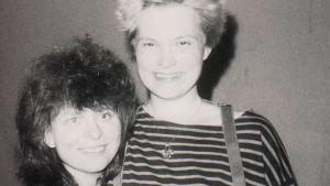 Kirsi Liimatainen ystävänsä Gabin kanssa Itä-Berliinissä 1988