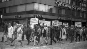 Demonstrationståg í Helsingfors i augusti mot Warszawapaktens invasion av Tjeckoslovakien 1968.