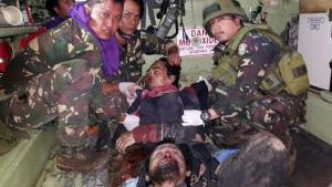 Armén visade igår bilder av de dödade Mauteledarna Omar MauteIsnilon Hapilon och Isnilon Hapilon