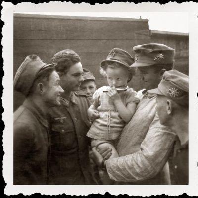 Sota-ajan kuva Rovaniemi Olimme ystäviä -näyttely