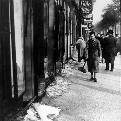 Kristalliyön jälkeisiä tuhoja Frankfurt am Mainissa 10. marraskuuta 1938.