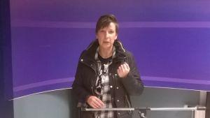 Maria Launonen i När-tv:s förnyade studio.