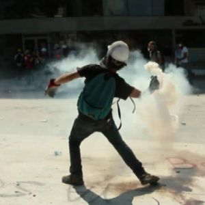 Mielenosoittaja heittää savukranaatin takaisin poliisille Istanbulissa