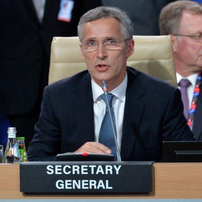 Stolberg puhuu huippukokouksen osallistujille.