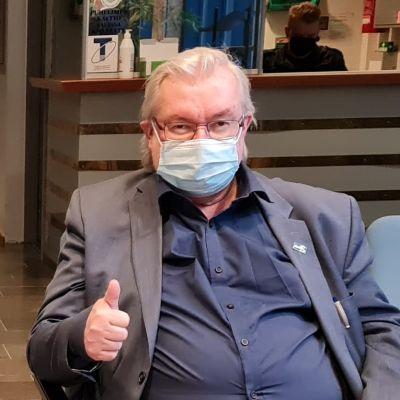 Pekka Kataja visar tummen upp innan rättegången i Mellersta Finlands tingsrätt inleds.