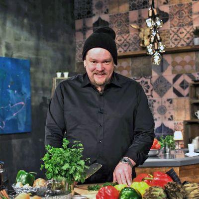 Ville Haapasalo seisoo ohjelmaa varten lavastetussa keittiössä