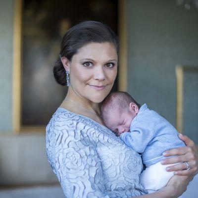 Kruununprinsessa Victoria ja kuopus prinssi Oscar.