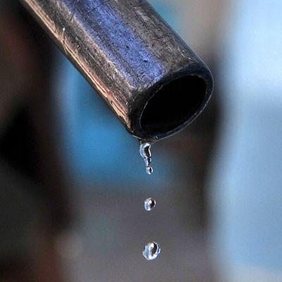 Polttoainetta valuu tankkauspistoolista.