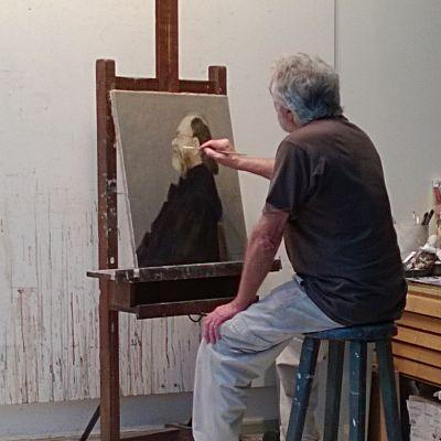 Antti Ojala viimeistelee muotokuvaa ateljeessaan Lallukan taiteilijakodissa.