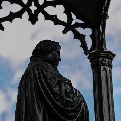 Uskonpuhdistaja Martti Lutherin patsas Wittenbergin kaupungin keskustassa Saksassa.