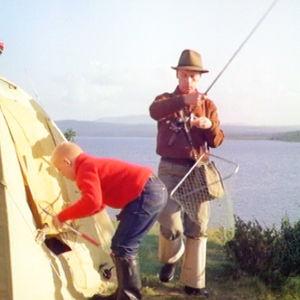 Isä ja poika telttailemasa