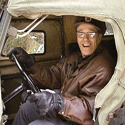 73-vuotias Raimo Oikari on tehnyt koko elämänsä töitä. Eläkkeellä hän kunnostaa museoautoja.