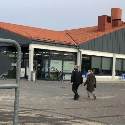 Asiakkaita menossa myymälään Raumalla.