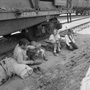 30-luvun laman aikana kokonaiset perheet kulkivat junapummeina tilapäistöitä etsien.