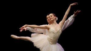 Ida Viikinkoski i ett pas de deux på Paris Opera