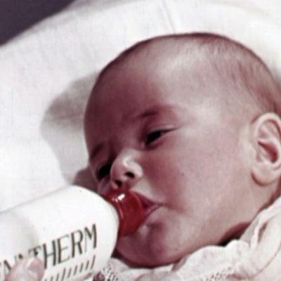 Vauva imee tuttipullosta maitoa.