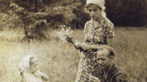 Kosmonautti perheineen niityllä