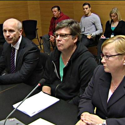 Jari Aarnio vid häktningsförhandlingen den 14 april i Helsingfors tingsrätt omgiven av sina biträden Riitta Leppiniemi och Heikki Uotila.