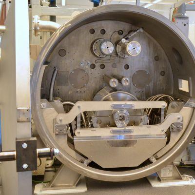 Metallikammio, jossa nanopinnoitus tehdään.