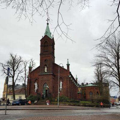 Sankt Henriks katedral, en byggnad i rött tegel, nygotisk stil.