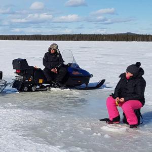 Pimpelfiske på isen, med utrustningen lastad på snöskotrar.