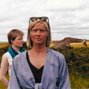 Vegas sommarpratare 2019 Moira von Wright i Afrika med giraff i bakgrunden.