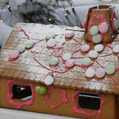 Kuvassa jouluinen piparkakkutalo koristeineen.