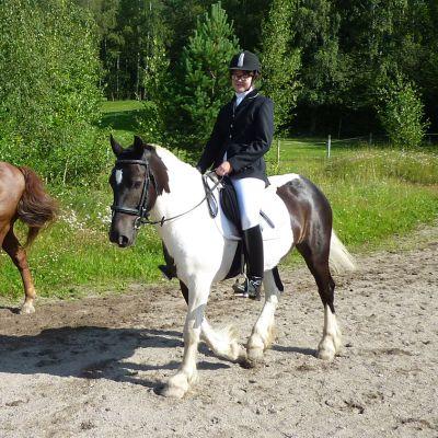 Kalle hevonen ja ratsastaja Aino Jokela.