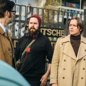 Kuvassa näyttelijä Ilkka Villi, ohjaaja Mika Kurvinen sekä näyttelijä Pelle Heikkilä Invisible Heroes -draaman kuvauksissa Chilessä.