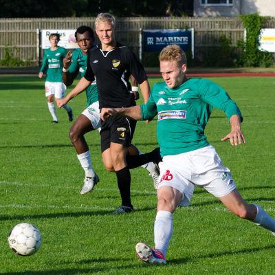 Casper Källberg sträcker sig efter bollen.