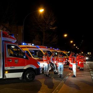 Ambulanser samlade vid ett skottlossningsställe.