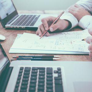 Kuvituskuvassa kokouspöytä