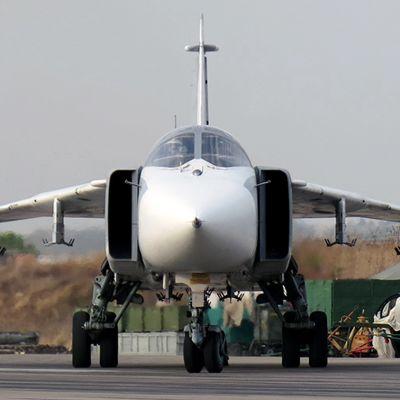 Venäläinen Suhoi-24 -rynnäkkökone kuvattuna Hmeymim lentotukikohdassa Syyriassa