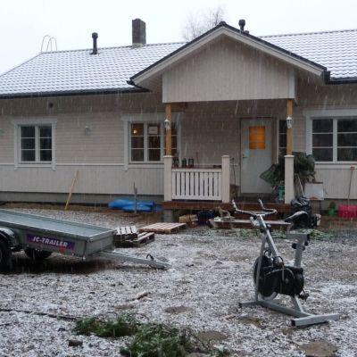 Sarin ja Arton uusi talo saa maalia pintaan ensi keväänä.