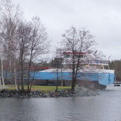 Laiva Olavinlinnan vieressä.