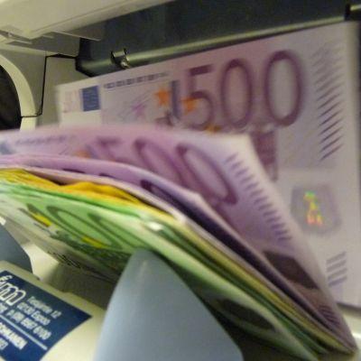 Kuvassa seteleitä laskurissa.