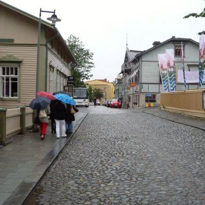 Sateenvarjojen trendit näkyvät myös Savonlinnan Linnakadulla.