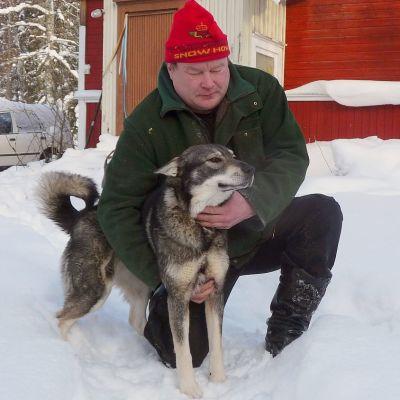 Jukka Immonen ja Akka-koira.