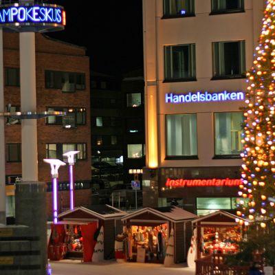 Jouluvalaistu Lordin aukio Rovaniemellä.