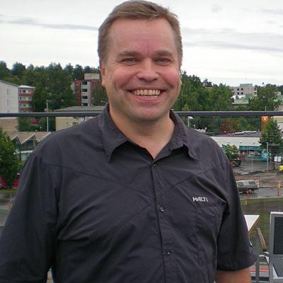 Antti Puhakka myymälän kattoterassilla Möysässä