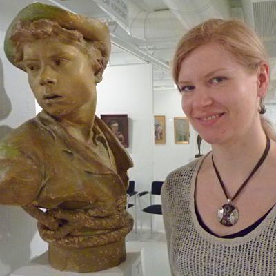 Orimattilan kulttuurisihteeri Henrika Suna Orimattilan taidemuseossa