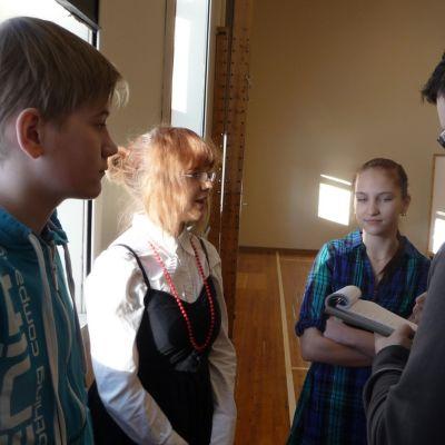 Enonkosken nuoret joutuivat Puruvesi-lehden Sauli Pahkasalon haastatteluun heti kisan jälkeen.