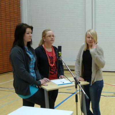 Juontaja Satu Haapanen opastaa Esteri Ijästä, Susanna Mieloa ja Katri Nousiaista Mertalan koulusta.