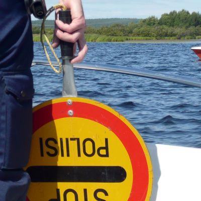 Poliisi valvoo vesillä