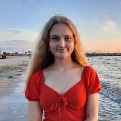 Kuva haastateltavasta meren rannalla.