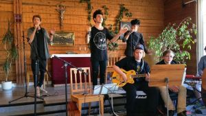 Afghanska och finska ungdomar uppträder på församlingshemmet i Lovisa
