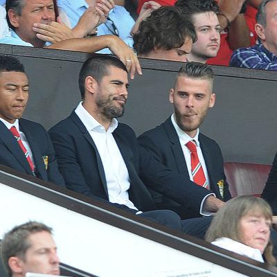 Manchester United-målvakterna Victor Valdes och David de Gea på läktaren i matchen mot Tottenham.