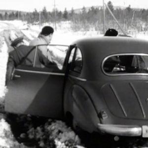 Auto kelirikkoisella Lapin tiellä