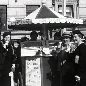 Rouvat syövät kermajäätelöä vuoden 1933 Helsingissä